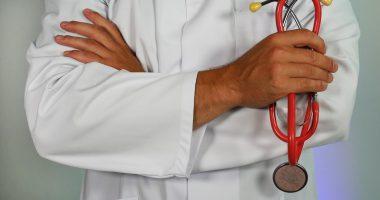 lekarz trzymający w dłoni stetoskop