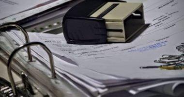 pieczątka firmowa na dokumentach w segregatorze