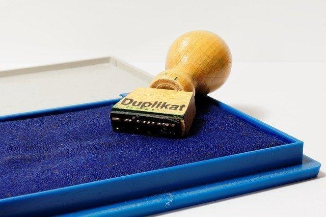 """pieczątka """"duplikat"""" na niebieskiej poduszce do pieczątek"""