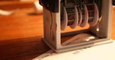 przybijanie daty na kartce papieru numeratorem automatycznym