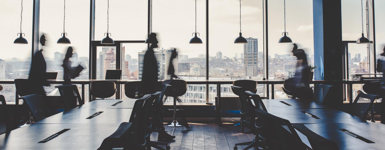 pracownicy w biurze, praca biurowa