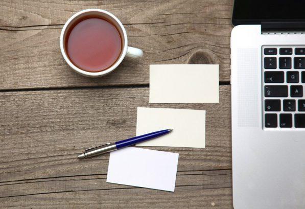 wizytówki na stole, komputer, laptop, herbata