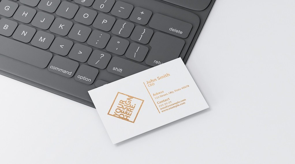 wizytówka z logo na laptopie