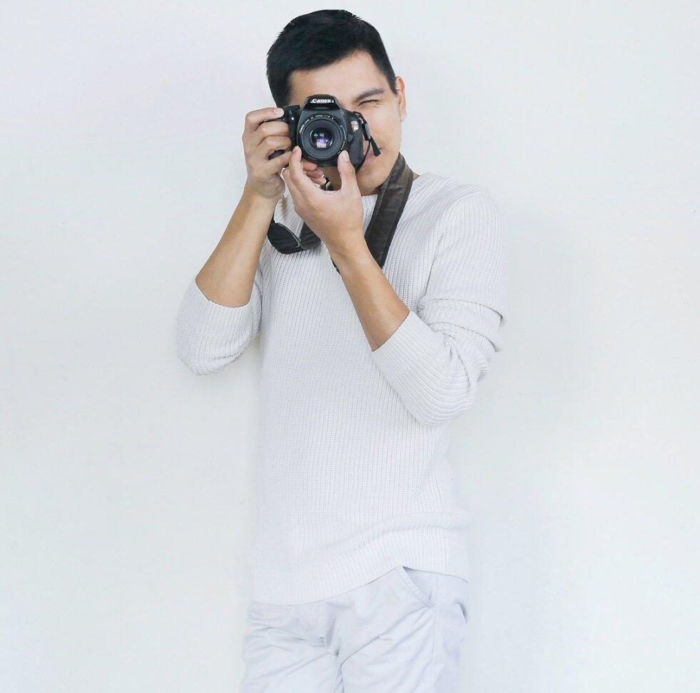 mężczyzna robiący zdjęcie aparatem